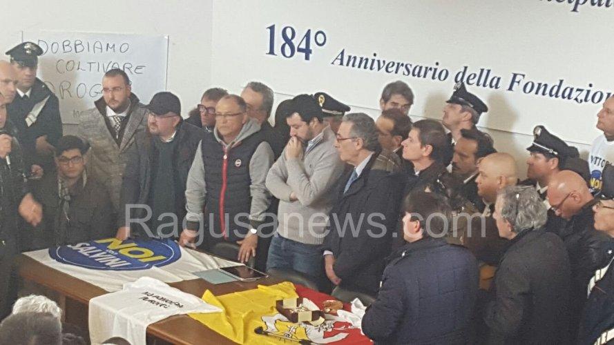 https://www.ragusanews.com/resizer/resize.php?url=https://www.ragusanews.com//immagini_articoli/11-03-2016/1457719341-1-salvini-a-vittoria-vado-in-parlamento-e-gli-ribalto-i-tavoli-in-testa.jpg&size=889x500c0