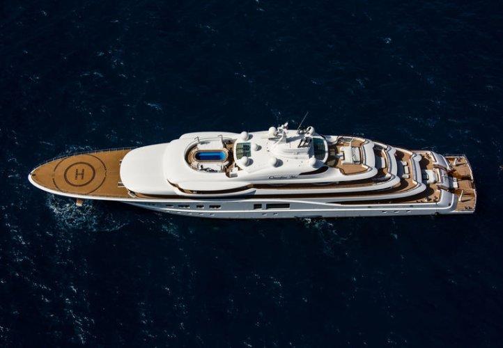 https://www.ragusanews.com/resizer/resize.php?url=https://www.ragusanews.com//immagini_articoli/11-07-2018/1531342700-1-yacht-metri-lusso-teatro-elicottero.jpg&size=722x500c0