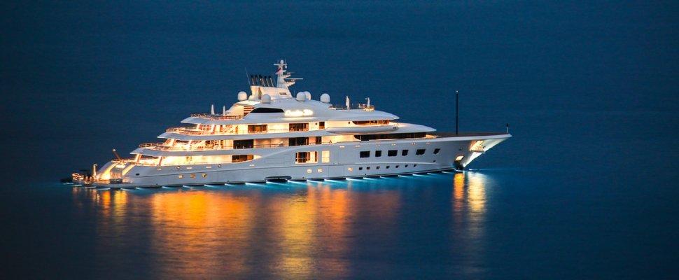 https://www.ragusanews.com/resizer/resize.php?url=https://www.ragusanews.com//immagini_articoli/11-07-2018/1531342897-1-yacht-metri-lusso-teatro-elicottero.jpg&size=1213x500c0