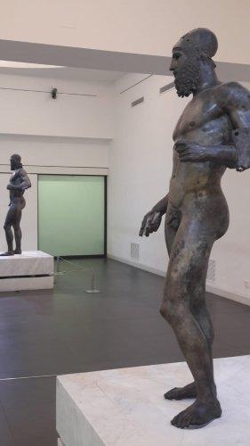 https://www.ragusanews.com/resizer/resize.php?url=https://www.ragusanews.com//immagini_articoli/11-09-2018/1536682022-1-bronzi-piace-museo-eccellenza-italiana.jpg&size=281x500c0