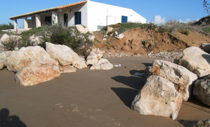https://www.ragusanews.com/resizer/resize.php?url=https://www.ragusanews.com//immagini_articoli/11-12-2014/1418314780-1-erosione-costiera-la-colpa-a-scicli-e-a-ispica-e-dei-pennelli.jpg&size=826x500c0