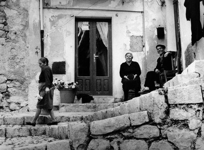 https://www.ragusanews.com/resizer/resize.php?url=https://www.ragusanews.com//immagini_articoli/11-12-2018/1544561308-1-sicilia-paese-posa-libro-giuseppe-leone.jpg&size=677x500c0