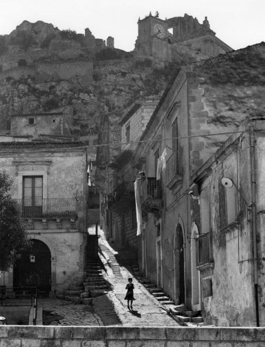 https://www.ragusanews.com/resizer/resize.php?url=https://www.ragusanews.com//immagini_articoli/11-12-2018/1544561443-1-sicilia-paese-posa-libro-giuseppe-leone.jpg&size=383x500c0