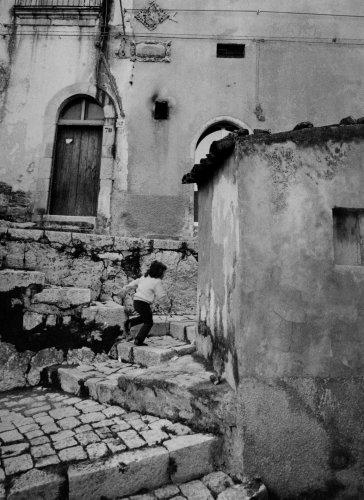 https://www.ragusanews.com/resizer/resize.php?url=https://www.ragusanews.com//immagini_articoli/11-12-2018/1544561443-2-sicilia-paese-posa-libro-giuseppe-leone.jpg&size=364x500c0