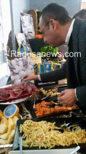 https://www.ragusanews.com/resizer/resize.php?url=https://www.ragusanews.com//immagini_articoli/12-02-2016/1455279104-1-sanremo-carlo-conti-il-mio-salame-e--chiaramontano.jpg&size=281x500c0
