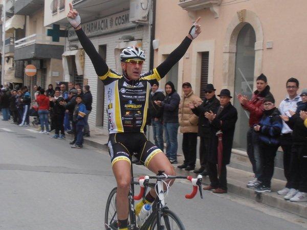 https://www.ragusanews.com/resizer/resize.php?url=https://www.ragusanews.com//immagini_articoli/12-03-2012/1396122455-ciclismo-primo-posto-per-enrico-di-martino-a-santa-croce.jpg&size=667x500c0