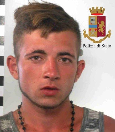 https://www.ragusanews.com/resizer/resize.php?url=https://www.ragusanews.com//immagini_articoli/12-07-2018/1531377403-1-serra-marijuana-mezzo-pomodori-arresti.jpg&size=437x500c0