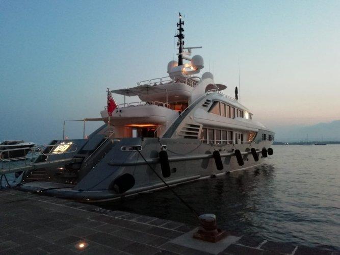 https://www.ragusanews.com/resizer/resize.php?url=https://www.ragusanews.com//immagini_articoli/12-08-2018/1534101571-1-yacht-lady-approdato-ortigia.jpg&size=667x500c0