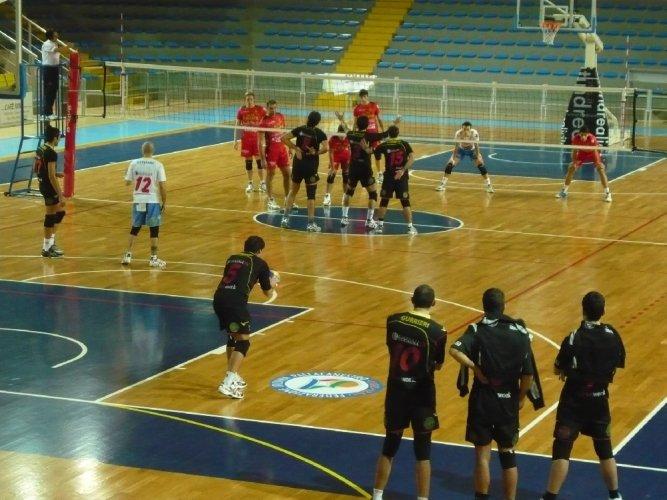 https://www.ragusanews.com/resizer/resize.php?url=https://www.ragusanews.com//immagini_articoli/12-12-2011/1396122892-volley-vince-lo-csain-club-ragusa-al-palaminardi.jpg&size=667x500c0