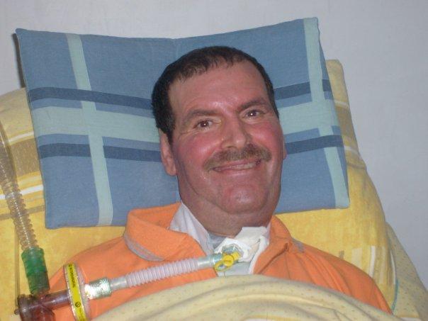 https://www.ragusanews.com/resizer/resize.php?url=https://www.ragusanews.com//immagini_articoli/12-12-2013/1396118477-orazio-tona-a-letto-con-la-sla-aspetto-un-sollevatore.jpg&size=667x500c0