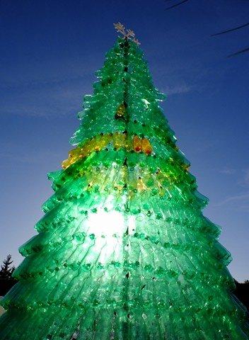 https://www.ragusanews.com/resizer/resize.php?url=https://www.ragusanews.com//immagini_articoli/12-12-2017/1513106483-1-lalbero-natale-fatto-2200-bottiglie-plastica.jpg&size=367x500c0