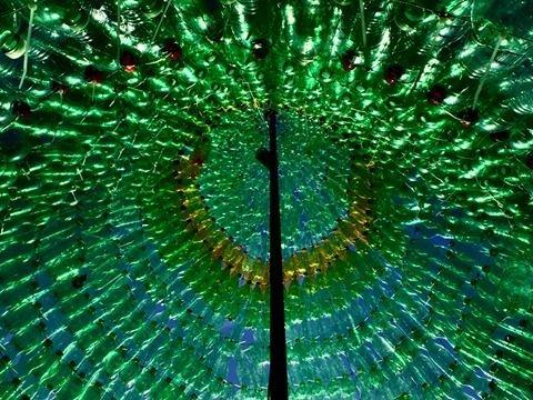 https://www.ragusanews.com/resizer/resize.php?url=https://www.ragusanews.com//immagini_articoli/12-12-2017/1513106483-3-lalbero-natale-fatto-2200-bottiglie-plastica.jpg&size=667x500c0
