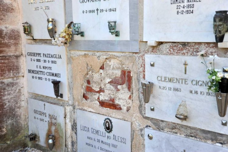 https://www.ragusanews.com/resizer/resize.php?url=https://www.ragusanews.com//immagini_articoli/13-01-2016/1452698006-0-lapide-danneggiata-al-cimitero.jpg&size=751x500c0