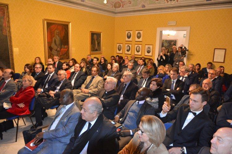 https://www.ragusanews.com/resizer/resize.php?url=https://www.ragusanews.com//immagini_articoli/13-11-2017/1510564372-1-valigia-diplomatica-quattro-ambasciatori-modica.jpg&size=750x500c0