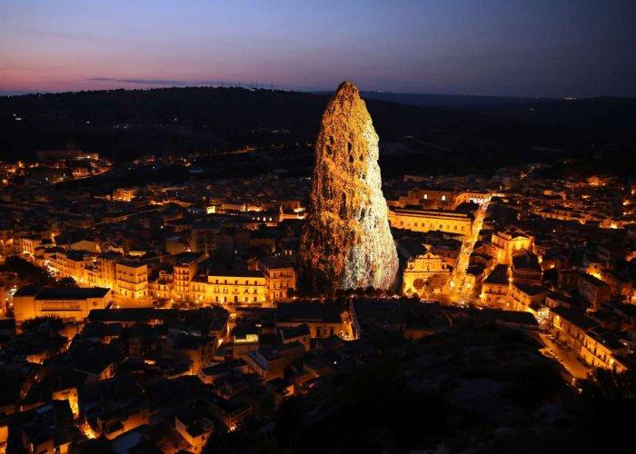 https://www.ragusanews.com/resizer/resize.php?url=https://www.ragusanews.com//immagini_articoli/13-12-2015/1450026289-1-una-mostra-al-campanile-di-santa-maria-la-nova.jpg&size=700x500c0