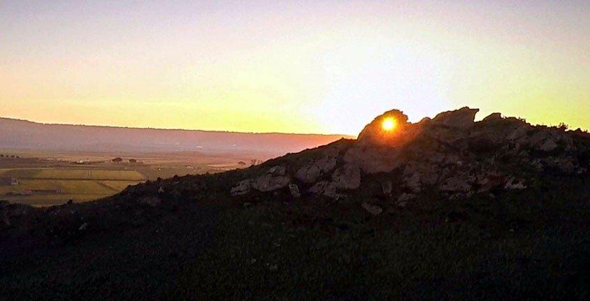 https://www.ragusanews.com/resizer/resize.php?url=https://www.ragusanews.com//immagini_articoli/14-01-2017/1484407916-1-gela-rinvenuta-stonehenge-pietra-orologio-calendario.jpg&size=980x500c0