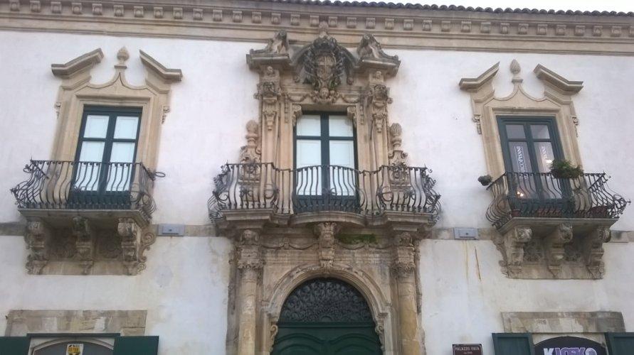 https://www.ragusanews.com/resizer/resize.php?url=https://www.ragusanews.com//immagini_articoli/14-02-2015/1423919990-0-notizie-storico-archivistiche-su-alcuni-palazzi-nobiliari-di-scicli.jpg&size=891x500c0