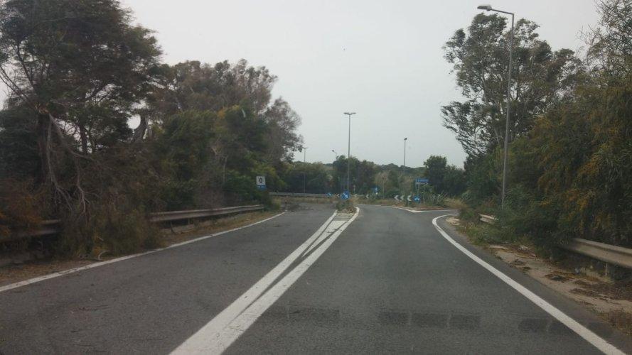 https://www.ragusanews.com/resizer/resize.php?url=https://www.ragusanews.com//immagini_articoli/14-04-2018/1523694620-1-forti-raffiche-vento-alberi-spezzati-sulle-strade-provincia.jpg&size=889x500c0