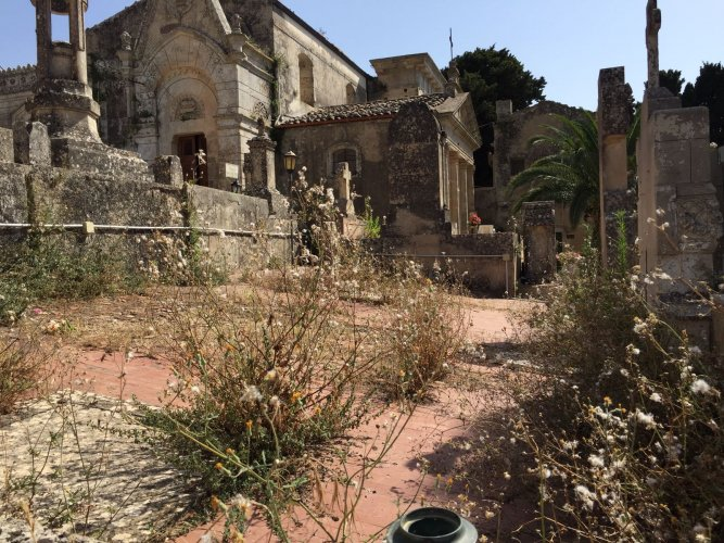 https://www.ragusanews.com/resizer/resize.php?url=https://www.ragusanews.com//immagini_articoli/14-07-2018/1531558224-1-chiaramonte-cimitero-sterpaglie.jpg&size=667x500c0