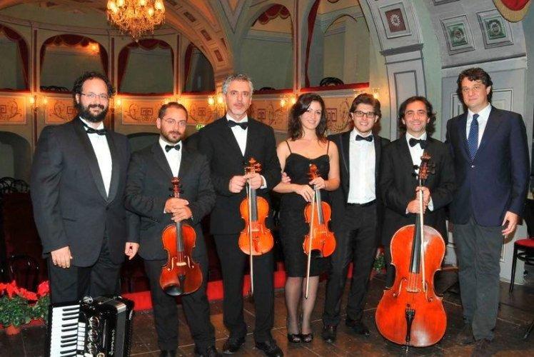 https://www.ragusanews.com/resizer/resize.php?url=https://www.ragusanews.com//immagini_articoli/14-08-2014/1408046876-0-tanguedia-ibla-classica-si-unisce-al-tango.jpg&size=748x500c0