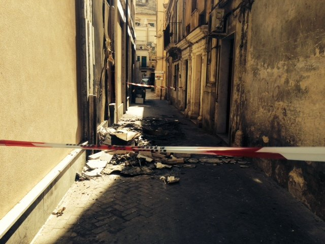 https://www.ragusanews.com/resizer/resize.php?url=https://www.ragusanews.com//immagini_articoli/14-08-2014/1408049306-0-incendiato-cassonetto-danneggiata-facciata-bapr.jpg&size=667x500c0