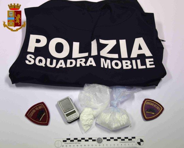 https://www.ragusanews.com/resizer/resize.php?url=https://www.ragusanews.com//immagini_articoli/14-09-2019/1568447783-1-polizia-vera-arresta-uomo-per-droga-vicino-casa-di-montalbano.jpg&size=621x500c0
