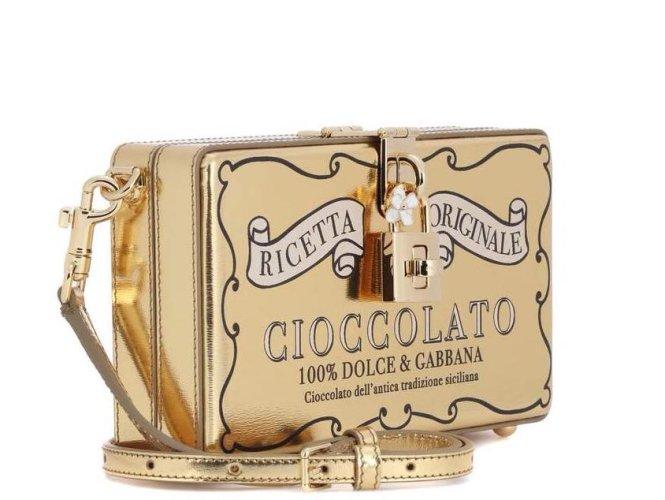 https://www.ragusanews.com/resizer/resize.php?url=https://www.ragusanews.com//immagini_articoli/14-11-2017/1510694533-1-dolce-gabbana-sfornano-borsa-dedicata-cioccolato-modica.jpg&size=665x500c0