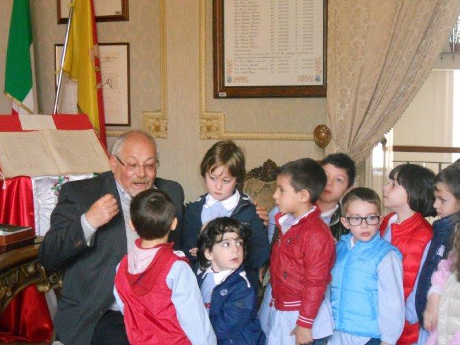 https://www.ragusanews.com/resizer/resize.php?url=https://www.ragusanews.com//immagini_articoli/15-04-2013/1396120207-i-bambini-della-peter-pan-incontrano-il-sindaco.jpg&size=667x500c0