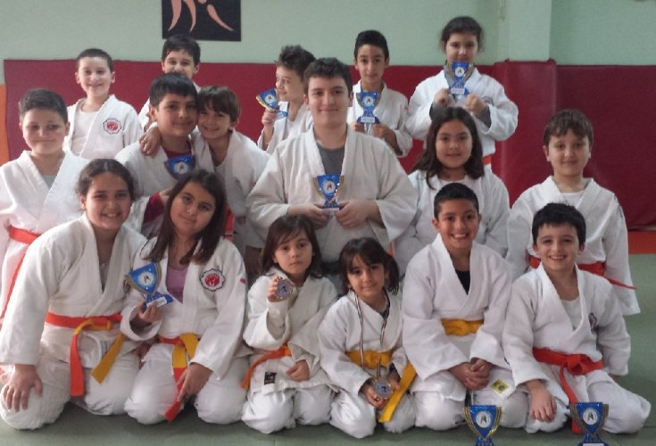 https://www.ragusanews.com/resizer/resize.php?url=https://www.ragusanews.com//immagini_articoli/15-04-2014/1397558122-judo-criterium-giovanissimi-a-modica.jpg&size=735x500c0