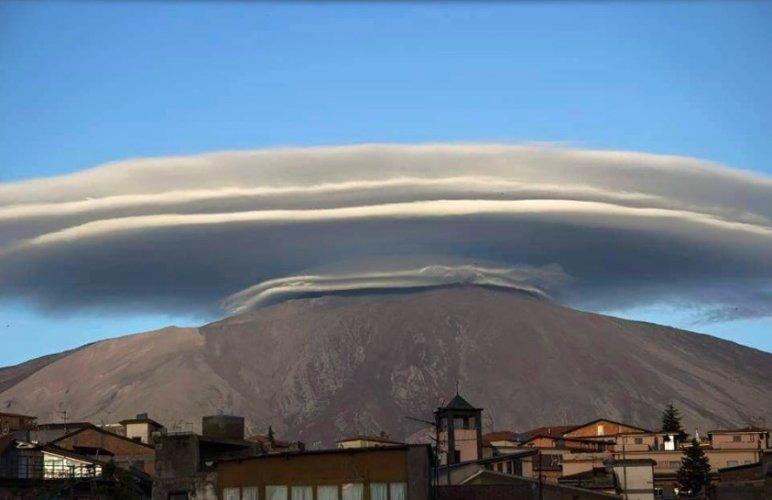 https://www.ragusanews.com/resizer/resize.php?url=https://www.ragusanews.com//immagini_articoli/15-06-2016/1466010989-0-una-nube-lenticolare-fa-spettacolo-sull-etna.jpg&size=772x500c0