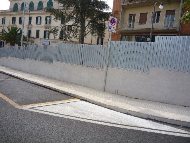 https://www.ragusanews.com/resizer/resize.php?url=https://www.ragusanews.com//immagini_articoli/15-12-2014/1418635578-1-parcheggio-piazza-stazione-inferriata-piu-adatta-ad-un-carcere.jpg&size=667x500c0