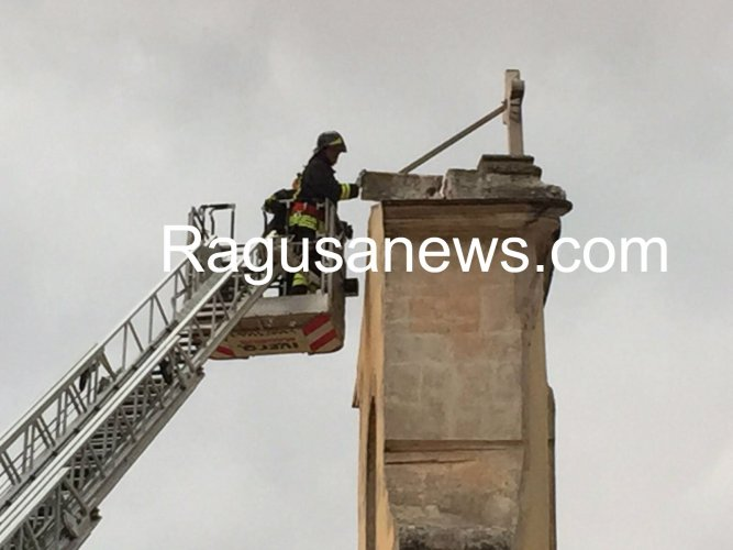 https://www.ragusanews.com/resizer/resize.php?url=https://www.ragusanews.com//immagini_articoli/16-07-2017/1500228817-1-fulmine-colpisce-croce-chiesa-sacro-cuore-modica.jpg&size=667x500c0