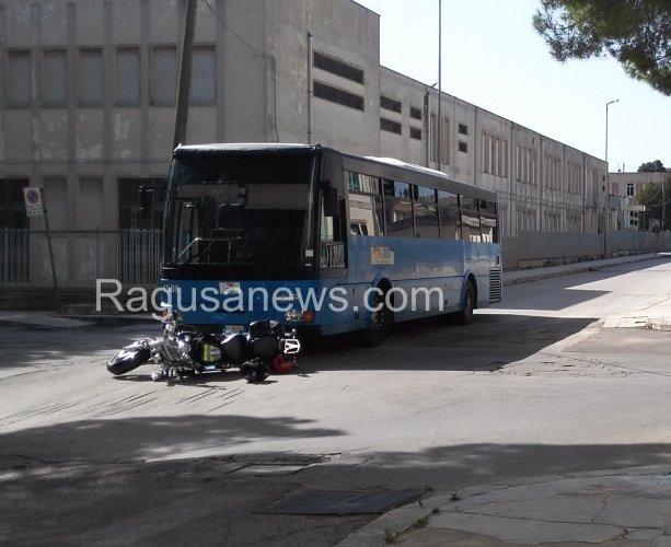 https://www.ragusanews.com/resizer/resize.php?url=https://www.ragusanews.com//immagini_articoli/16-09-2015/1442412115-0-autobus-contro-moto-al-piazzale-fabrizio.jpg&size=613x500c0