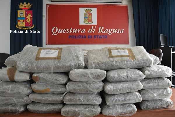 https://www.ragusanews.com/resizer/resize.php?url=https://www.ragusanews.com//immagini_articoli/16-10-2017/1508141200-1-marijuana-tetto-camper-ragusa.jpg&size=750x500c0