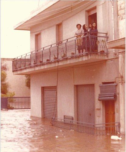 https://www.ragusanews.com/resizer/resize.php?url=https://www.ragusanews.com//immagini_articoli/16-10-2018/1539678812-2-cattaneo-allagata-pozzallo-settembre-1979-foto.jpg&size=414x500c0