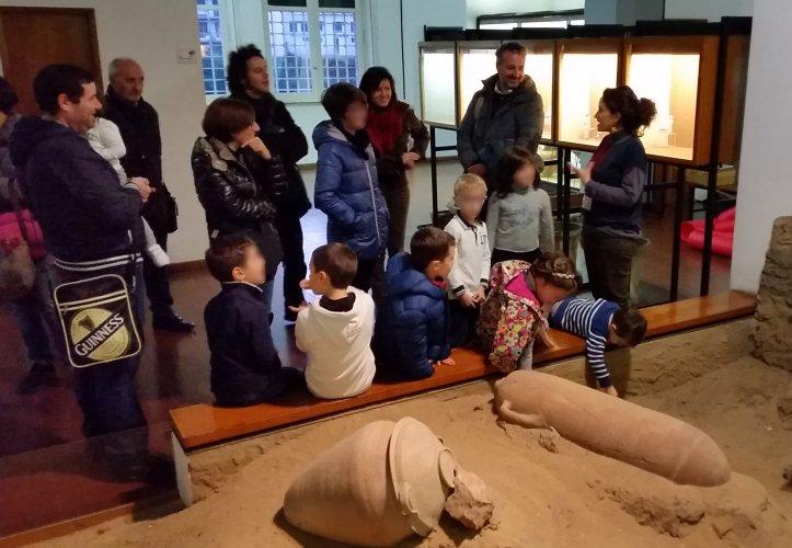 https://www.ragusanews.com/resizer/resize.php?url=https://www.ragusanews.com//immagini_articoli/16-12-2014/1418767299-0-per-fare-un-vaso-al-museo-archeologico.jpg&size=723x500c0