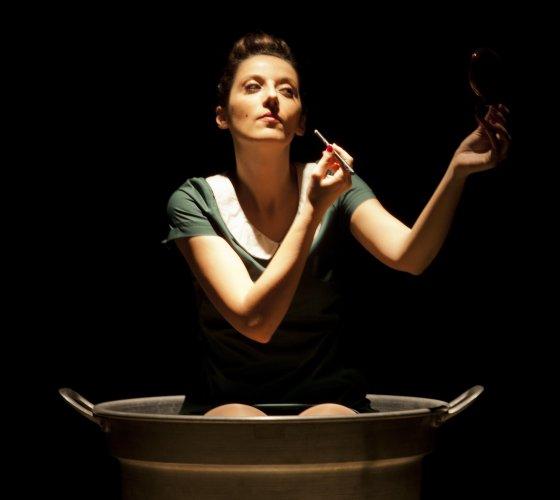 https://www.ragusanews.com/resizer/resize.php?url=https://www.ragusanews.com//immagini_articoli/17-02-2015/1424176509-0-anna-cappelli-in-teatro-a-ragusa.jpg&size=560x500c0