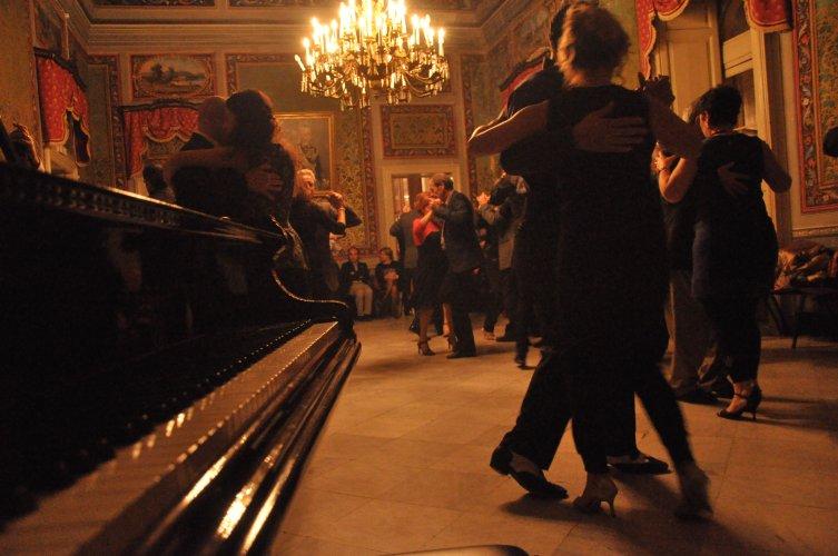 https://www.ragusanews.com/resizer/resize.php?url=https://www.ragusanews.com//immagini_articoli/17-06-2017/1497682533-1-lezione-tango.jpg&size=753x500c0