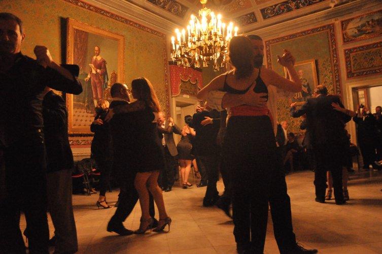 https://www.ragusanews.com/resizer/resize.php?url=https://www.ragusanews.com//immagini_articoli/17-06-2017/1497682558-1-lezione-tango.jpg&size=753x500c0