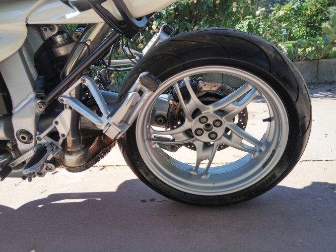 https://www.ragusanews.com/resizer/resize.php?url=https://www.ragusanews.com//immagini_articoli/17-10-2017/1508227566-5-vendesi-motocicletta-modello-r1100s.jpg&size=667x500c0