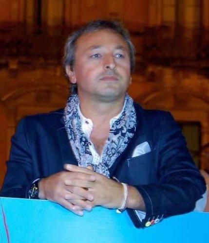 https://www.ragusanews.com/resizer/resize.php?url=https://www.ragusanews.com//immagini_articoli/17-11-2014/1416257687-incarico-al-figlio-di-dezio-il-sindaco-azzera-la-giunta.jpg&size=429x500c0