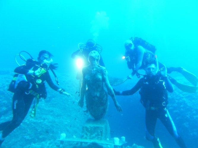 https://www.ragusanews.com/resizer/resize.php?url=https://www.ragusanews.com//immagini_articoli/18-08-2011/1396123713-visita-dei-sommozzatori-iblei-alla-statua-di-una-sirena.jpg&size=667x500c0