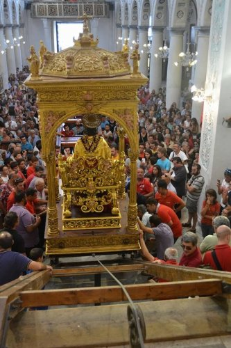 https://www.ragusanews.com/resizer/resize.php?url=https://www.ragusanews.com//immagini_articoli/18-08-2014/1408371519-0-san-bartolomeo-e-sceso-dall-altare.jpg&size=333x500c0