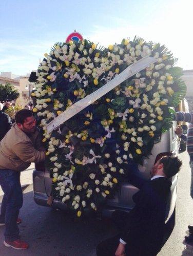 https://www.ragusanews.com/resizer/resize.php?url=https://www.ragusanews.com//immagini_articoli/18-12-2014/1418923339-1-il-cuore-di-fiori-di-veronica-al-funerale-di-loris.jpg&size=376x500c0