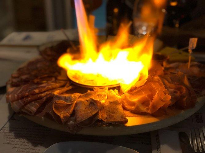 https://www.ragusanews.com/resizer/resize.php?url=https://www.ragusanews.com//immagini_articoli/19-02-2018/1519032516-4-enoteca-trinacria-avola-sicilia-piatto.jpg&size=667x500c0