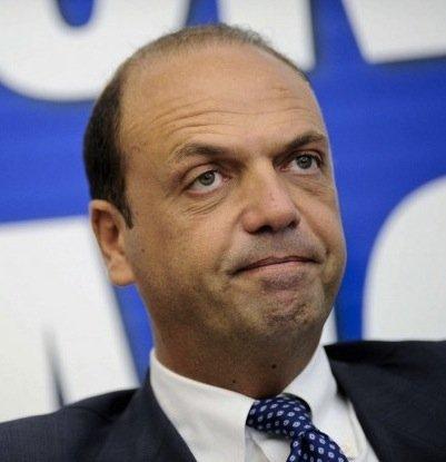 https://www.ragusanews.com/resizer/resize.php?url=https://www.ragusanews.com//immagini_articoli/19-03-2015/1426756632-0-rapporti-fra-politici-e-mafia-a-scicli-le-ore-di-angelino-alfano.jpg&size=483x500c0
