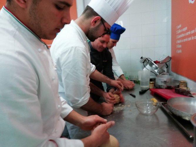 https://www.ragusanews.com/resizer/resize.php?url=https://www.ragusanews.com//immagini_articoli/19-04-2018/1524155463-8-splash-giuseppe-aristia-vince-concorso-gastronomico-primi-foto.jpg&size=667x500c0
