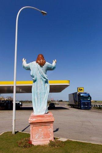 https://www.ragusanews.com/resizer/resize.php?url=https://www.ragusanews.com//immagini_articoli/19-05-2013/1396120063-se-cristo-e-fermo-alla-pompa-di-benzina-gli-scatti-di-gianni-mania.jpg&size=334x500c0