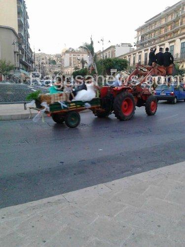 https://www.ragusanews.com/resizer/resize.php?url=https://www.ragusanews.com//immagini_articoli/19-10-2014/1413738115-1-a-modica-la-sposa-sul-trattore-lo-sposo-sulla-pala.jpg&size=375x500c0