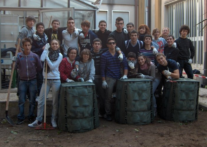 https://www.ragusanews.com/resizer/resize.php?url=https://www.ragusanews.com//immagini_articoli/19-11-2011/1396123094-studenti-dell-itis-di-ragusa-sperimentano-le-compostiere.jpg&size=703x500c0
